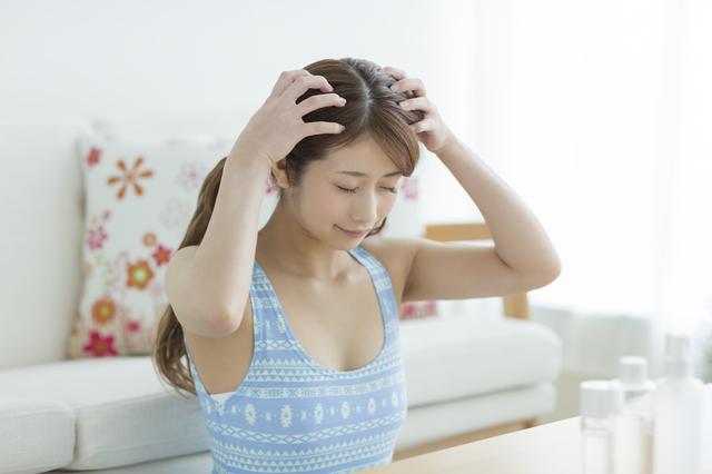 薄毛の女性が頭皮マッサージ